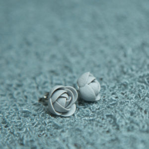 Ohrstecker Fimo grau Blume